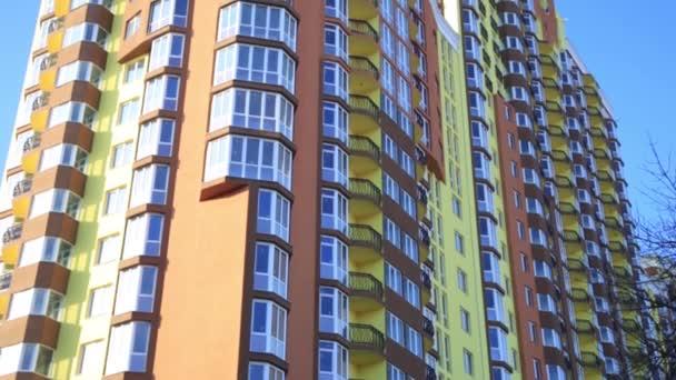 moderne Wohnungseinrichtungsaufnahme bei Sonnenuntergang. Mietkonzept.