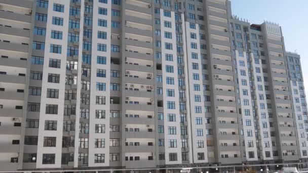 Alacsony szög establishihg lövés a modern lakónegyedében található épületek építészeti