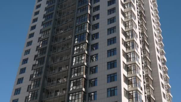 Nízký úhel establishihg shot moderní rezidenční budovy architektury