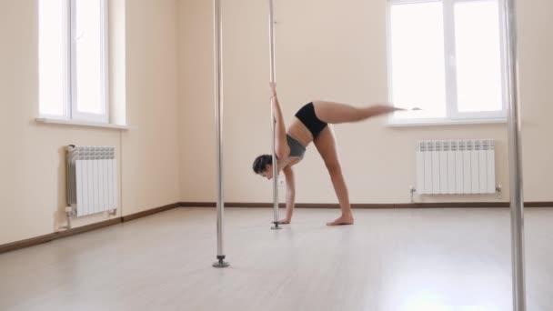 Mladá sexy žena školení poledance fitness cvičení dívka táhnoucí se uvnitř