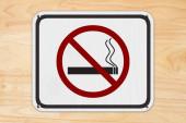 Žádná kouřící bílá značka s ikonou cigaret a kouře