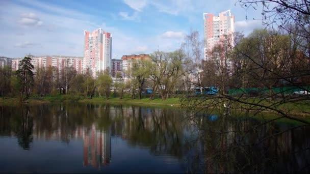 Jezero v městském parku. Pobyt na čerstvém vzduchu. Timelapse