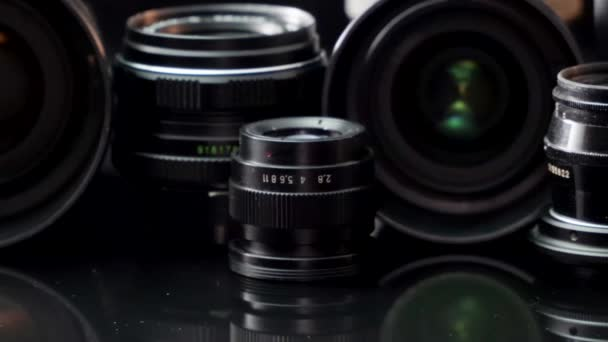 Vintage és modern lencsék fekete hátterű kamerához