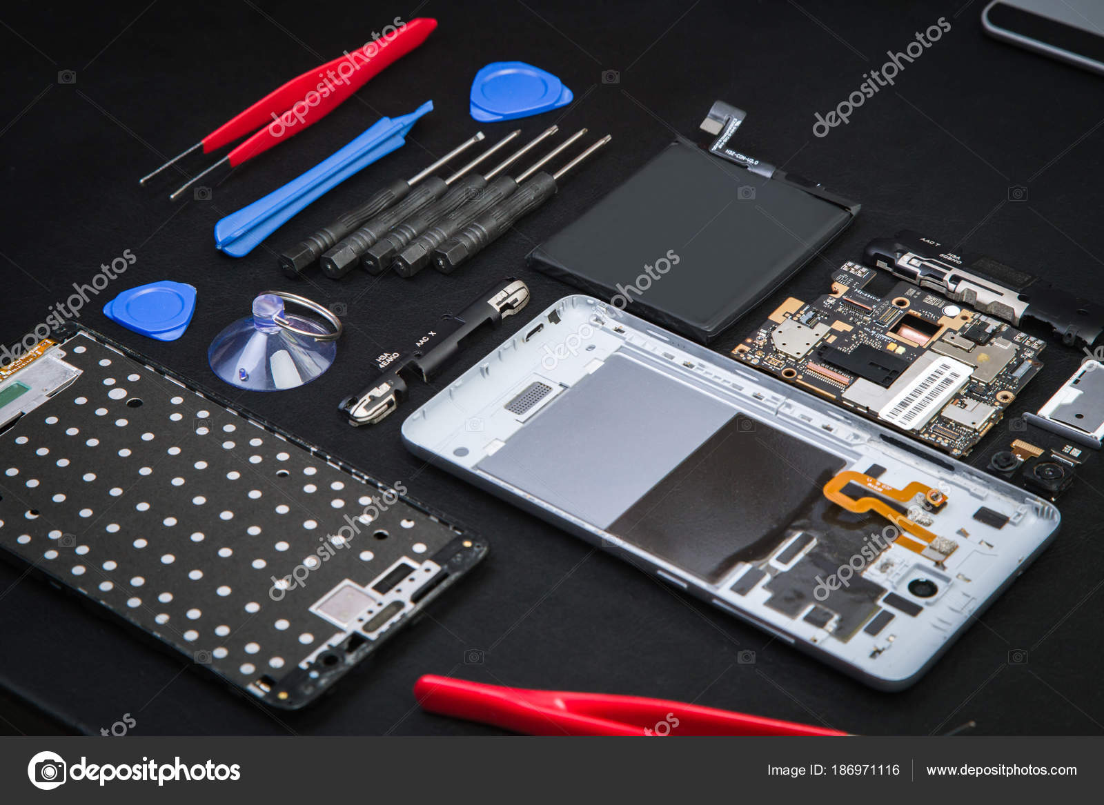 b3aa497434b Trabajo de reparador con smartphone desmontada y herramientas especiales  para ello. Roto el celular diagnóstico en centro de servicio - celular para  trabajo ...