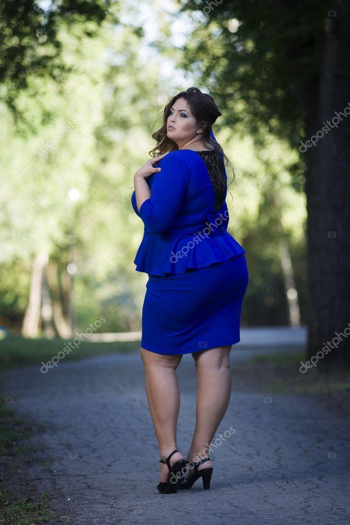 d455d900c28f Νέοι όμορφη Καυκάσιος συν μέγεθος μόδας μοντέλο σε μπλε φόρεμα σε εξωτερικούς  χώρους