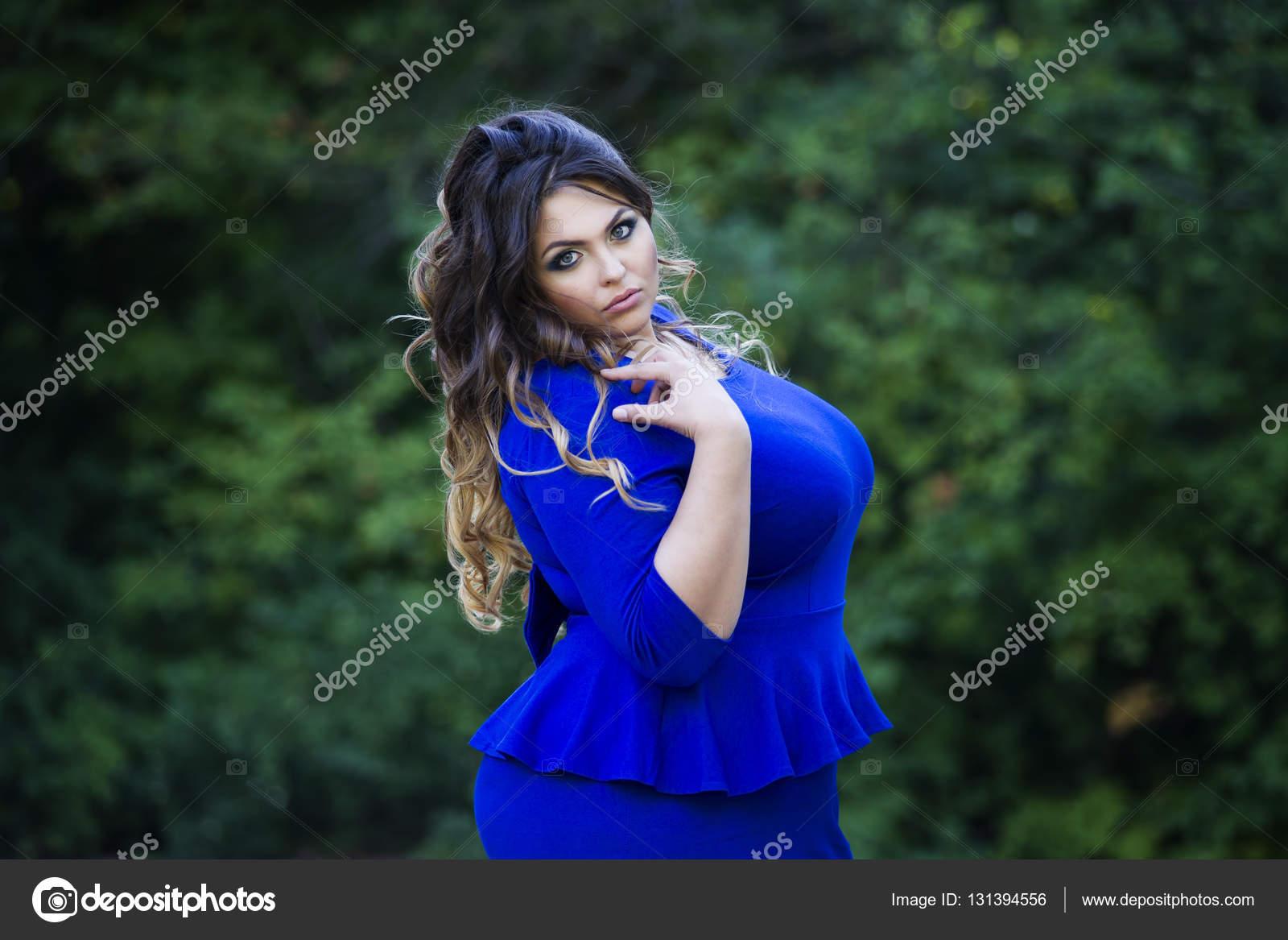 edb49bef2517 Νέοι όμορφη συν μεγέθους μοντέλο σε μπλε φόρεμα σε εξωτερικούς χώρους