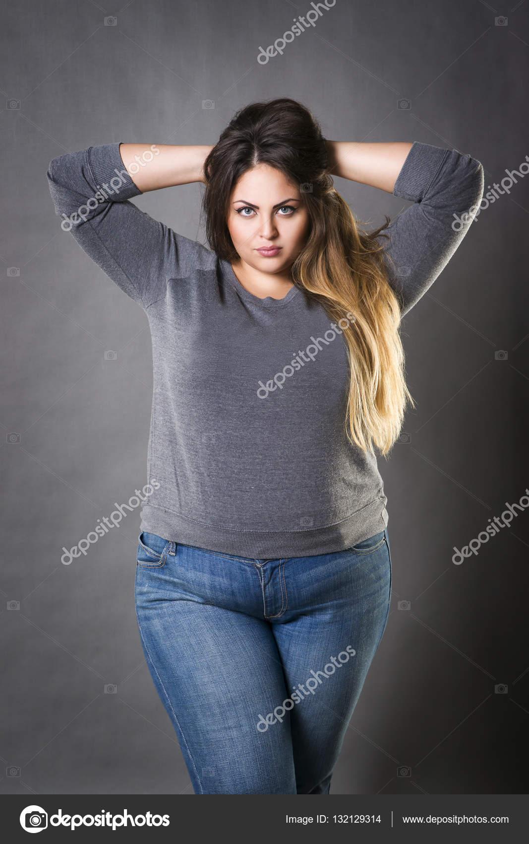 jeune belle plus la mannequin grande taille en jeans xxl femme sur fond gris photographie. Black Bedroom Furniture Sets. Home Design Ideas
