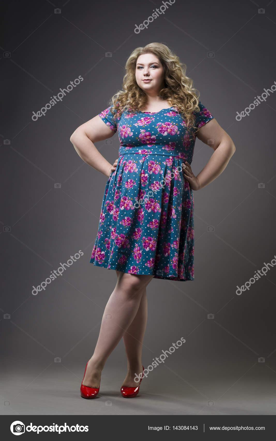cheap for discount 56a44 7e77a Junge schöne glückliche Blondine plus -Size-Model im Kleid ...