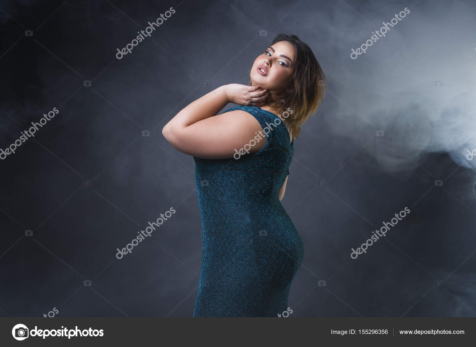 grande taille mannequin en robe de soir e verte grosse femme sur fond noir portrait avec. Black Bedroom Furniture Sets. Home Design Ideas