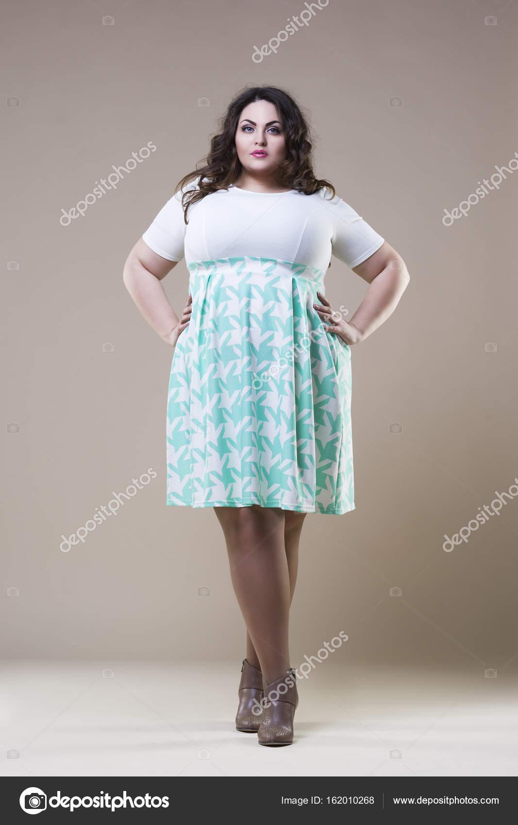newest 4e4b5 d19e8 Modello di moda di dimensioni in abbigliamento casual, donna ...