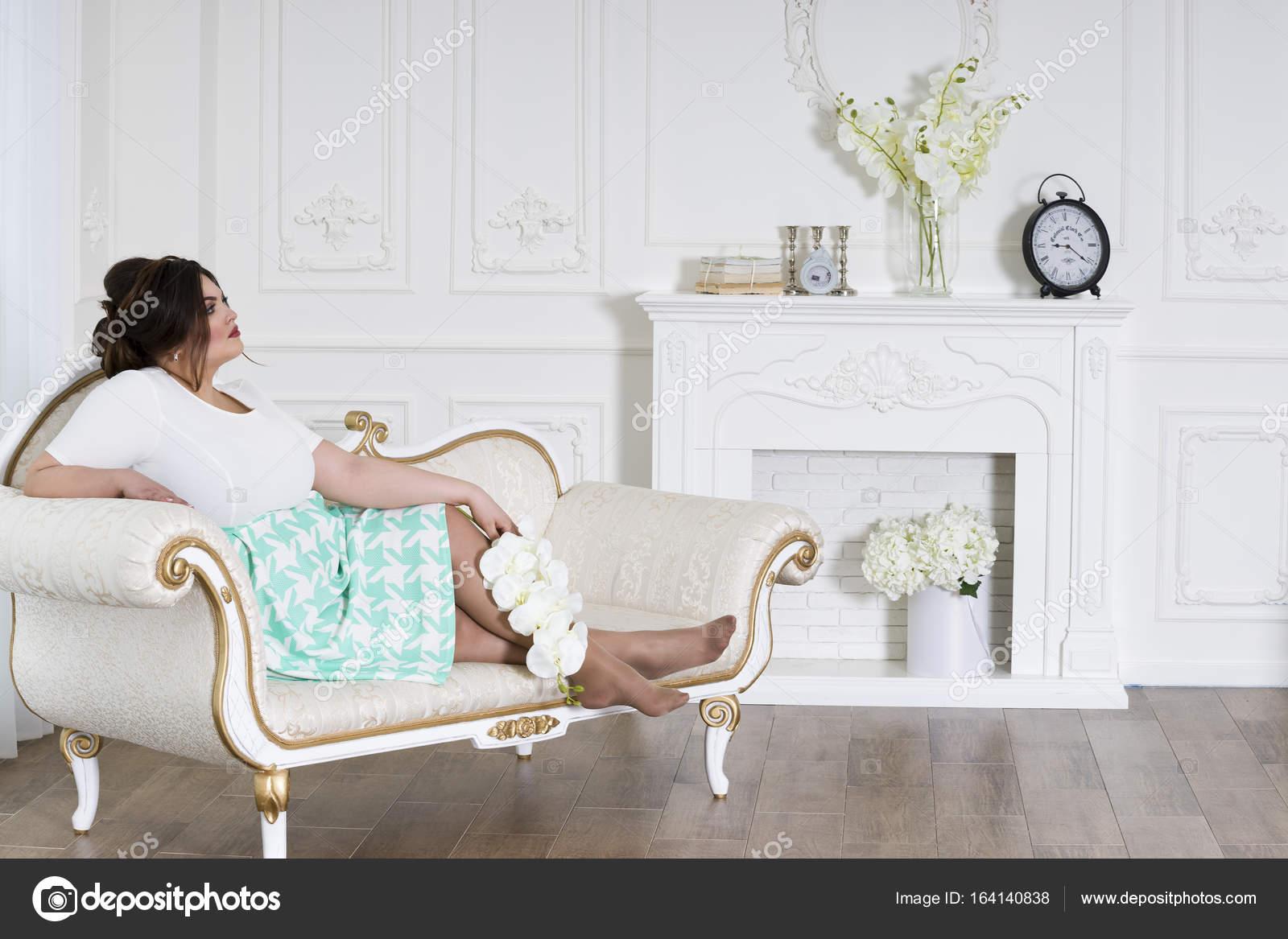 Plus Größe Fotomodell, Fette Frau auf luxuriösen Interieur ...