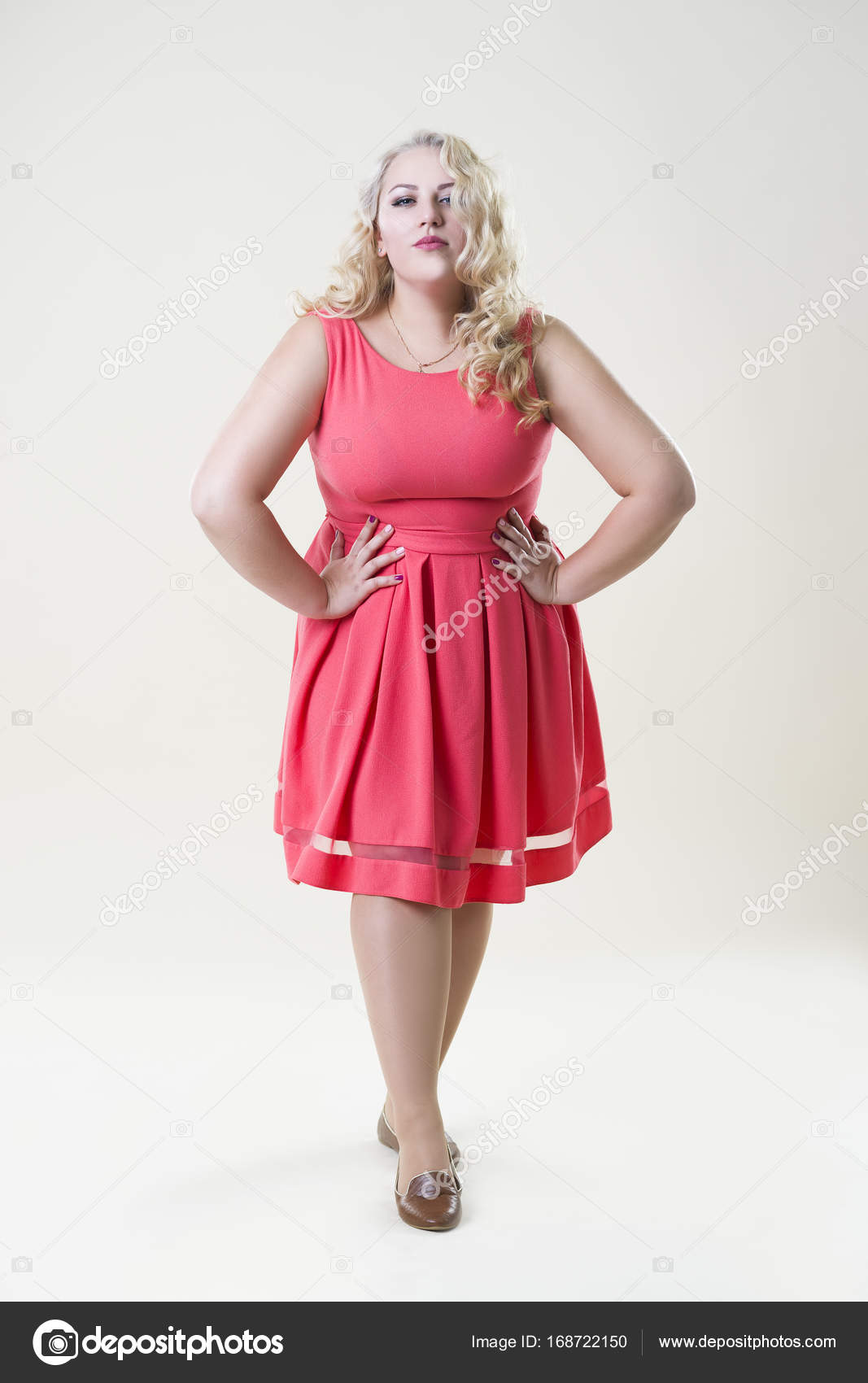Plus Size Mode-Modell Fette Frau auf Beige Hintergrund, Übergewicht ...