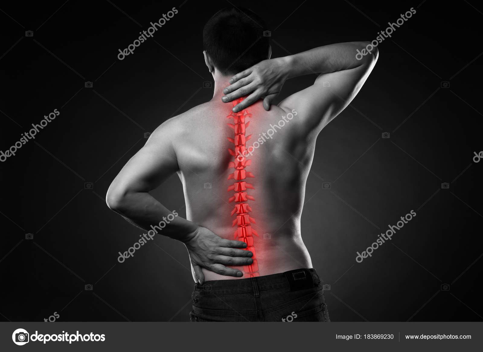 Dolor en la espina dorsal, un hombre con dolor de espalda, lesiones ...