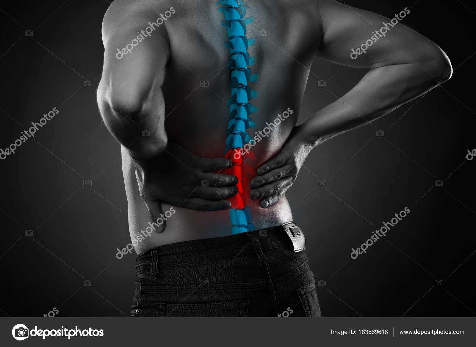 Schmerzen in der Wirbelsäule, ein Mann mit Rückenschmerzen ...