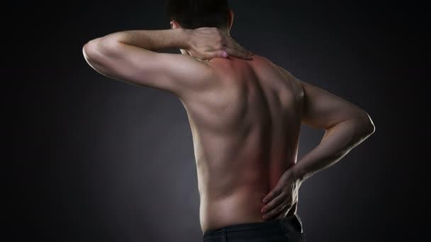 Rückenschmerzen, Mann mit Rückenschmerzen auf schwarzem Hintergrund mit roten Punkten