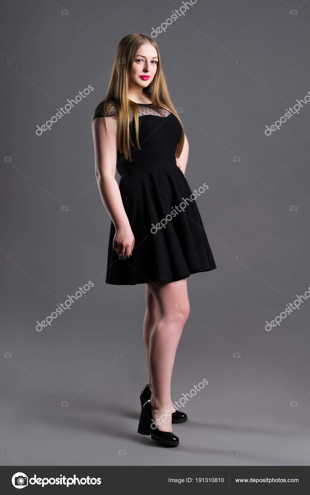 Plus Size Mode-Modell im schwarzen Kleid, Fette Frau auf graue ...