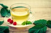 Sklo šálek zeleného čaje s talířek a citronu, lea