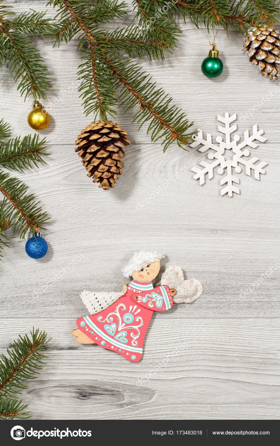 Marco de abeto natural ramas con ornamento de la Navidad en — Foto ...