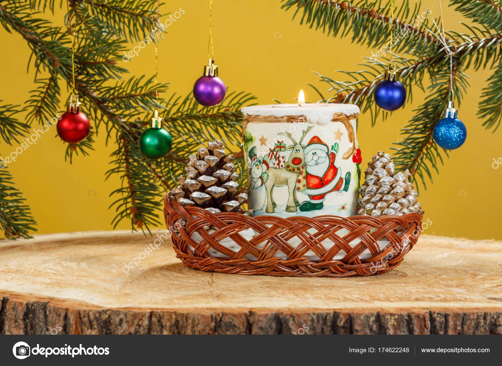 Bruciare la candela, coni e rami di albero di abete naturale con ...