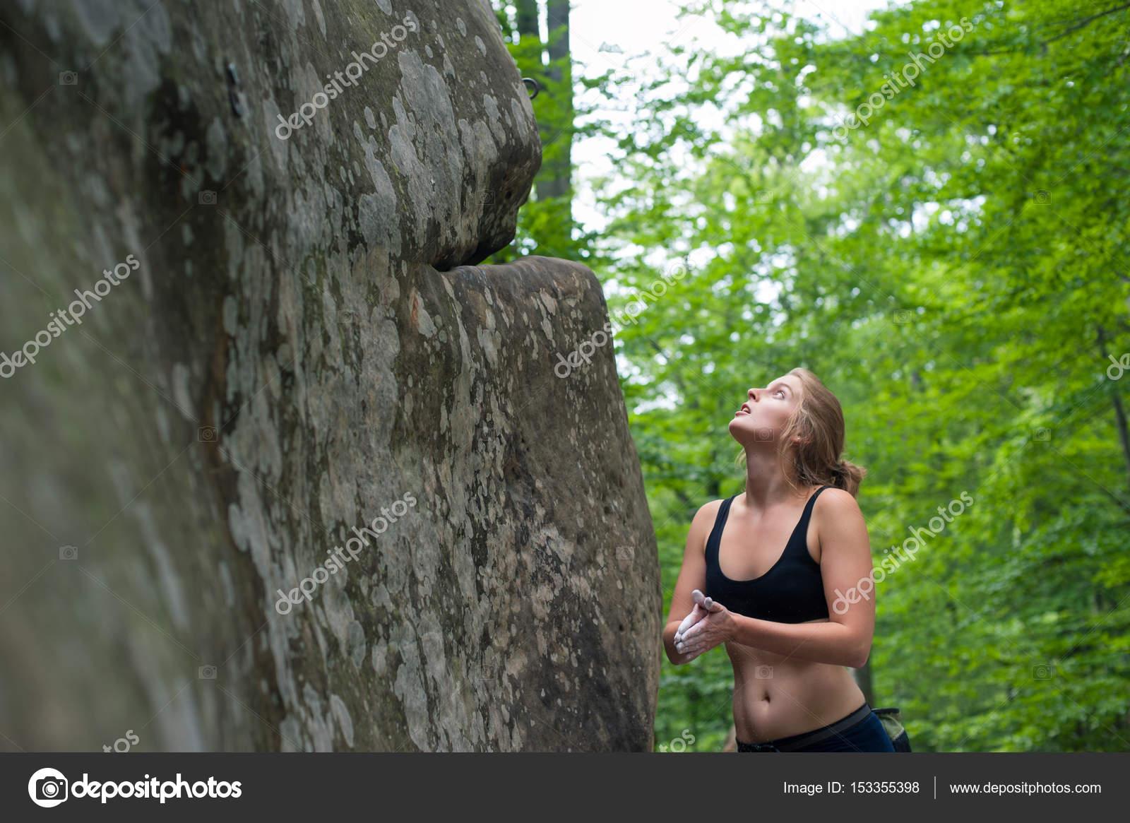 Kletterausrüstung Baum : Junge frau mit kletterausrüstung vor einem stein u2014 stockfoto