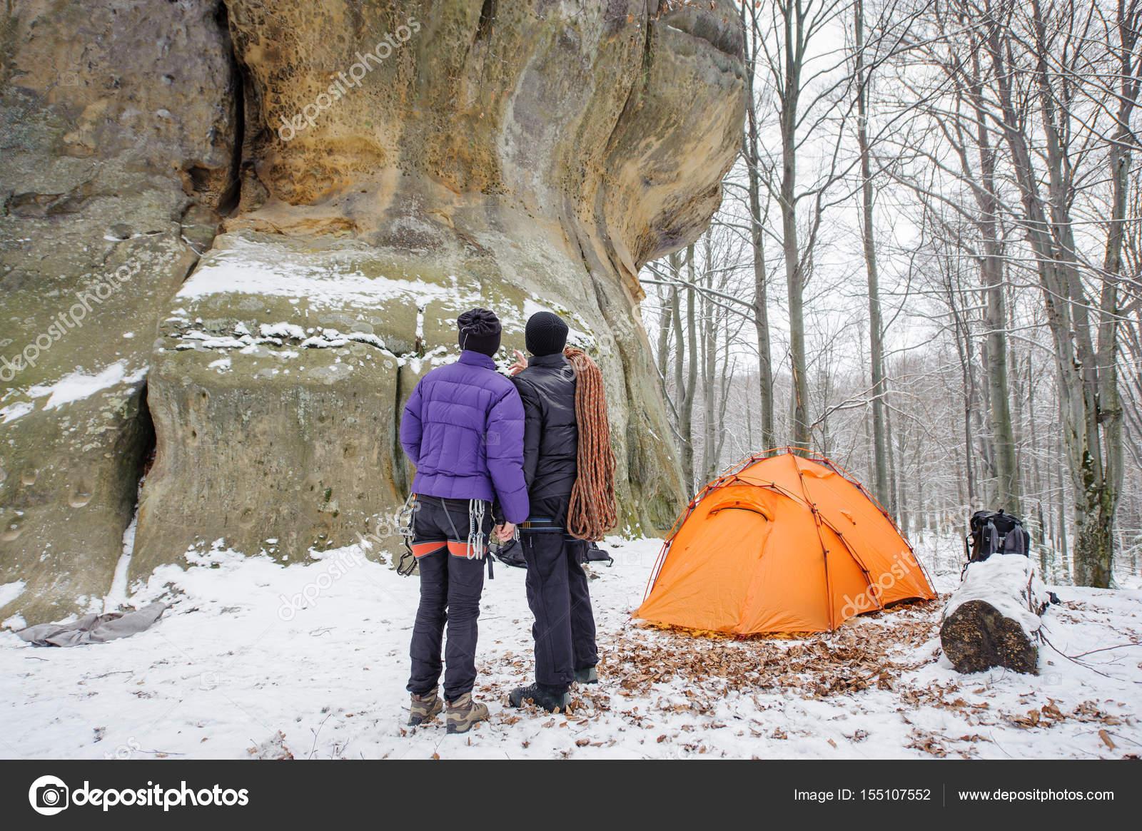 Kletterausrüstung In Der Nähe : Paar kletterer in der winterzeit nähe berg campingplatz
