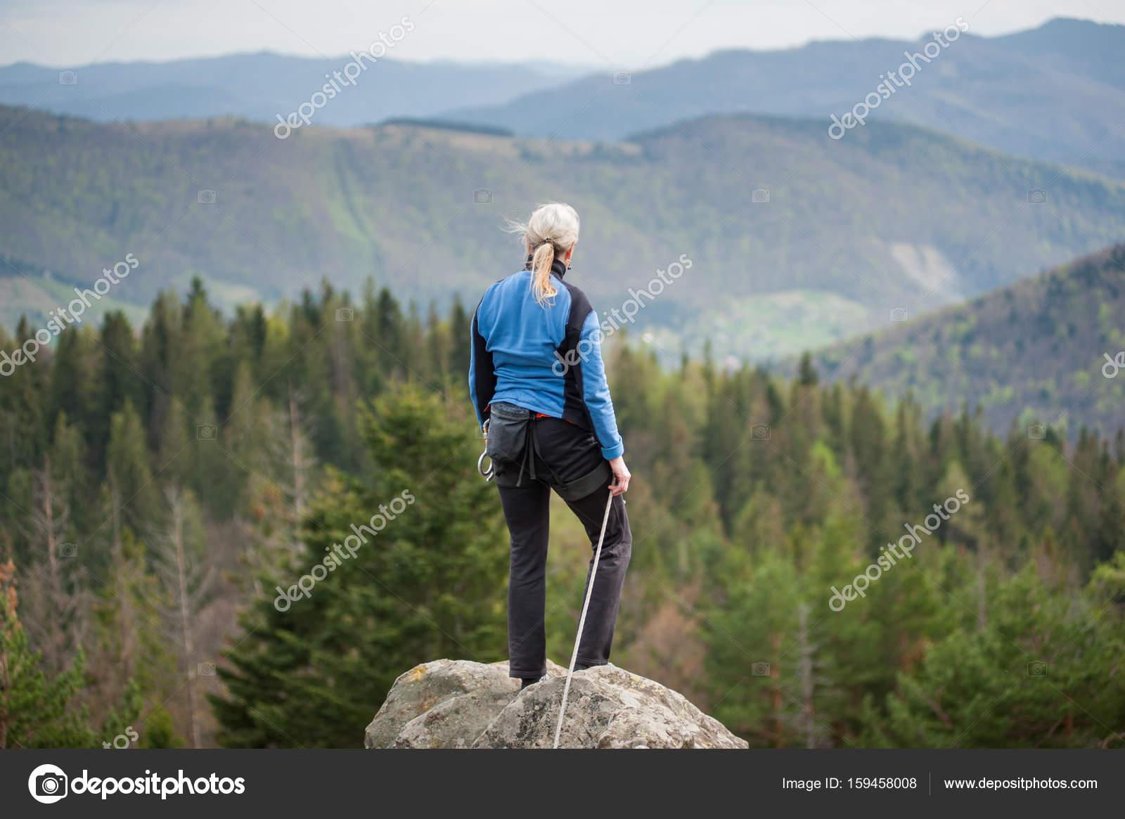 Kletterausrüstung Für Hunde : Weibliche bergsteiger auf dem gipfel des felsens mit