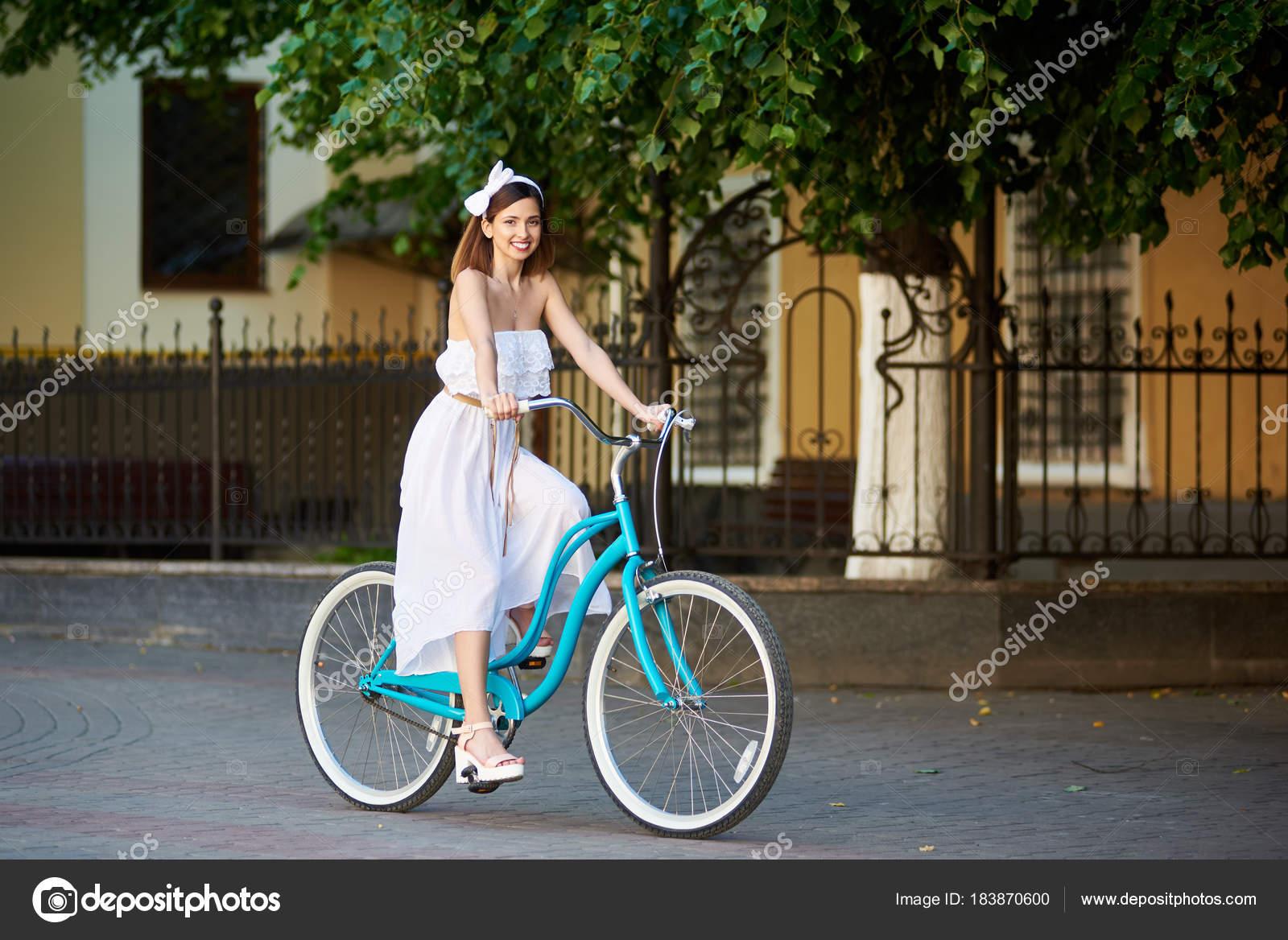 Frau Fröhliche Straße Der Radfahren Stadt Junge Kleid Auf 0Nn8wZOPkX