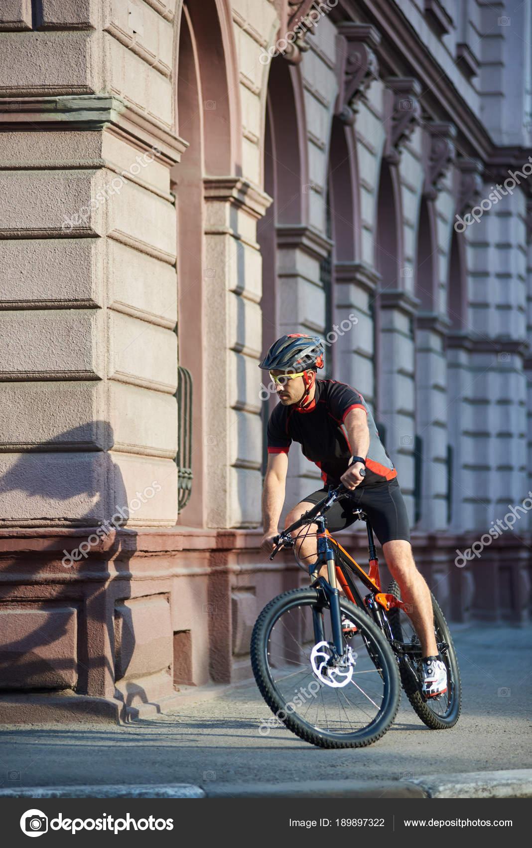 Αθλητής στην επαγγελματική ποδηλασία ρούχα και προστατευτικό κράνος  ιππασίας παλιά ιστορική πόλη στους δρόμους 48be8b7fce8