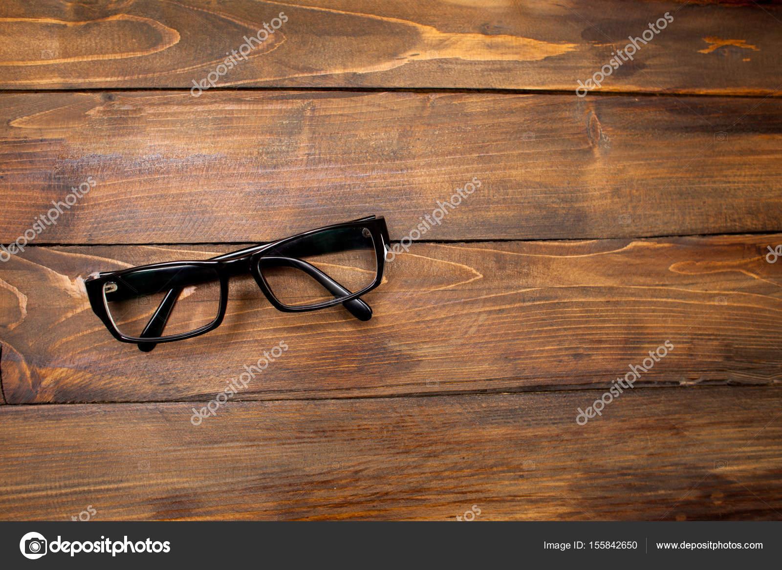 Gläser in schwarz Vintage-Rahmen auf hölzernen Hintergrund ...