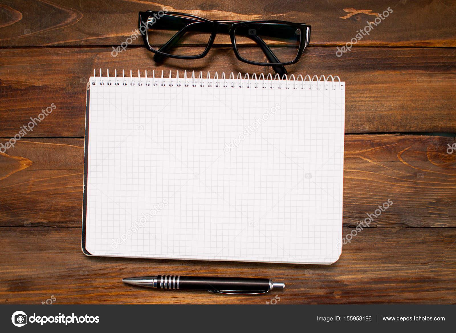 Bloc de notas en caja con páginas en blanco, cristal gafas de marco ...