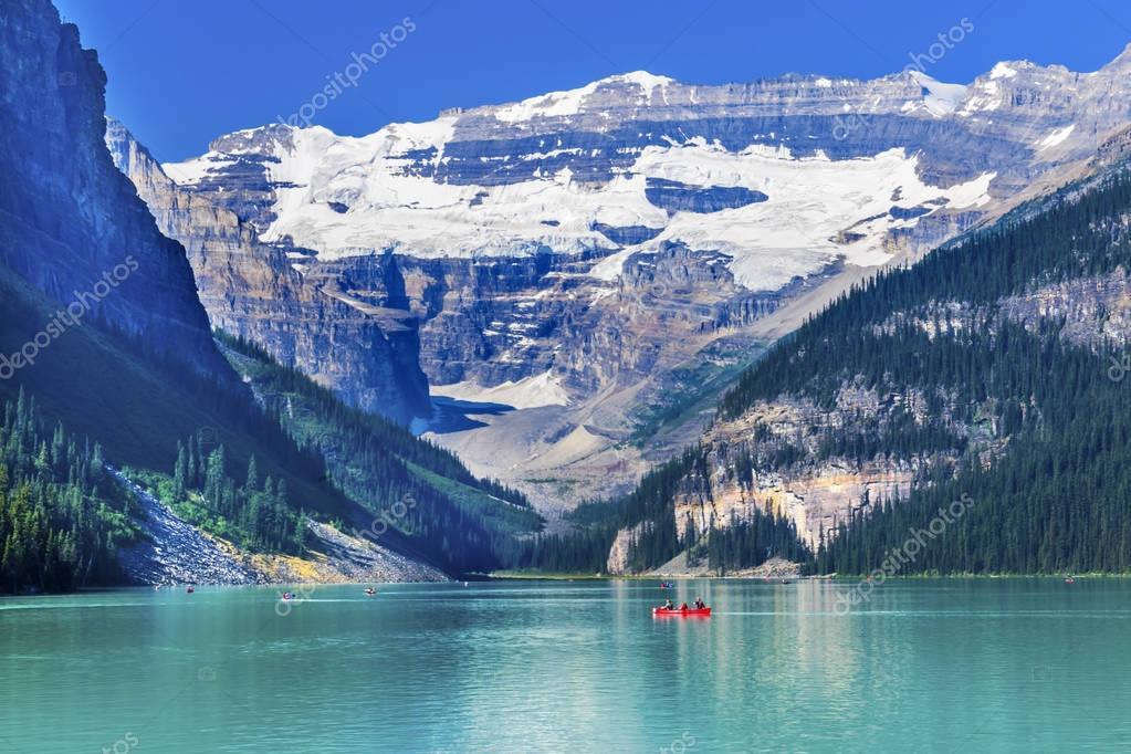 レイク ルイーズ カヌー雪山バンフ国立公園アルバータ州カナダ — ストック画像
