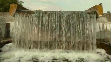 Vodopád ve městě. Podzimního dne. Hladké dolly zastřelil