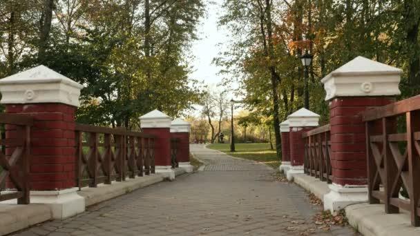 Malý most v parku. Podzimního dne. Hladké dolly zastřelil