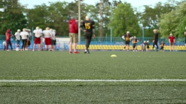 Amerikai futball. Képzés, futás. Sima és lassan csúszik shot