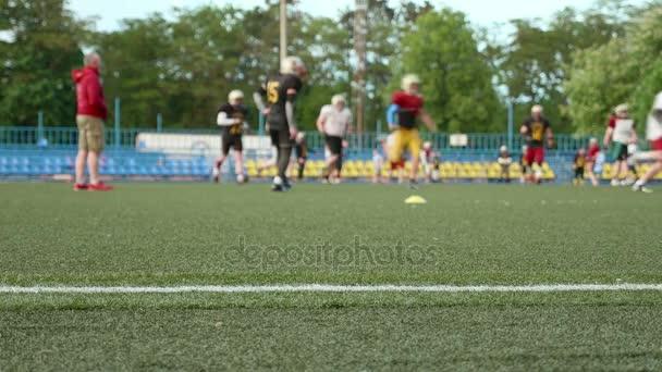 Americký fotbal. Trénink, běh, hraní