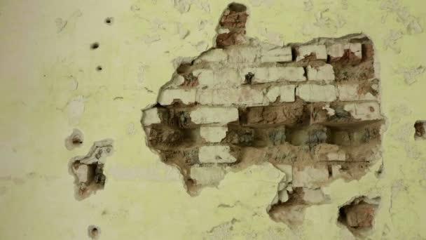 Muro di mattoni nella casa abbandonata. Liscia e lento dolly shot