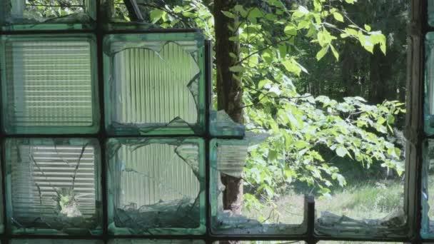 Rozbité sklo v okně. Hladká a pomalu dolly zastřelil
