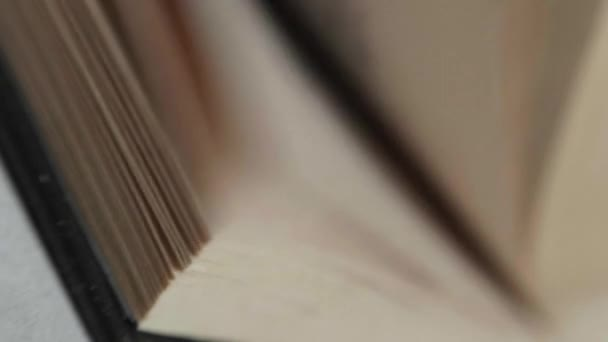 Muž převrátí přes stránky v knize. Slowmotion, 180fps