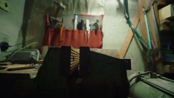 Alter staubiger Schraubstock in der Werkstatt, alte Werkzeuge verstaubt