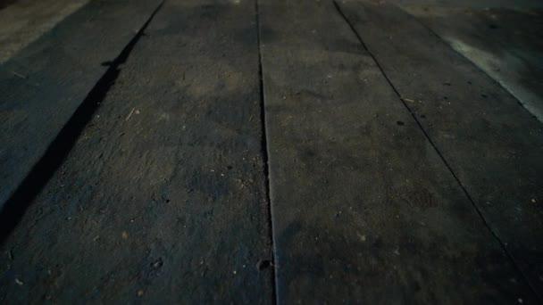 Holzboden aus Brettern im verlassenen Werkstattgebäude, Dolly close up shot low angle