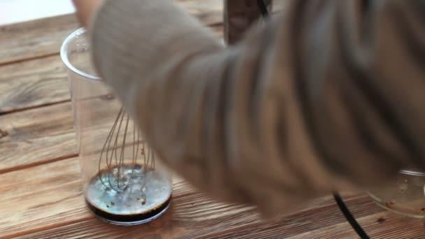 dalgona káva chladné nadýchané kávové latté espresso s kávovou pěnou. Recept na výrobu pití. Proces bičování pěny s míchačkou