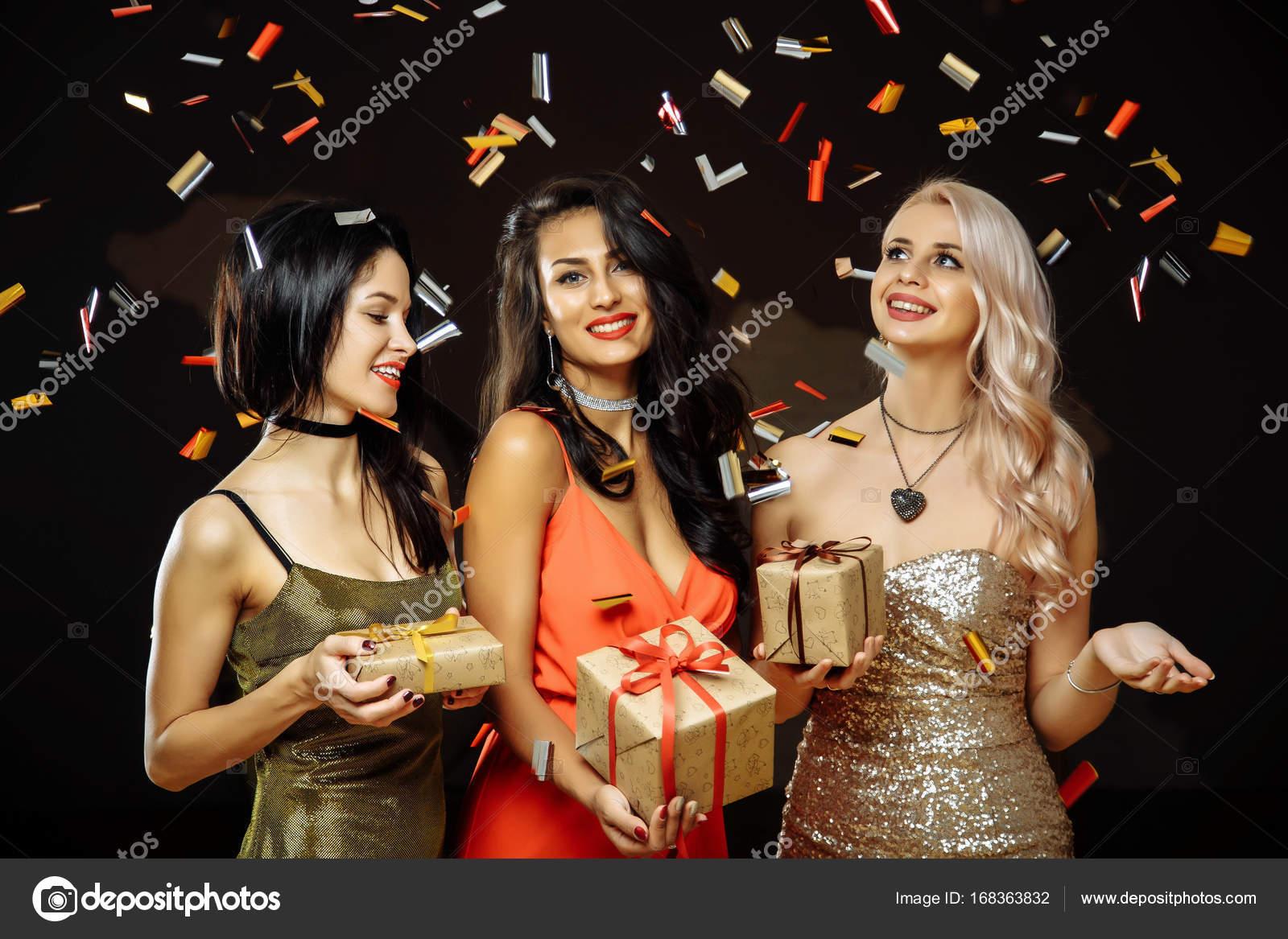Weihnachtsfeier. Freunde mit Weihnachtsgeschenke. Silvesterparty ...