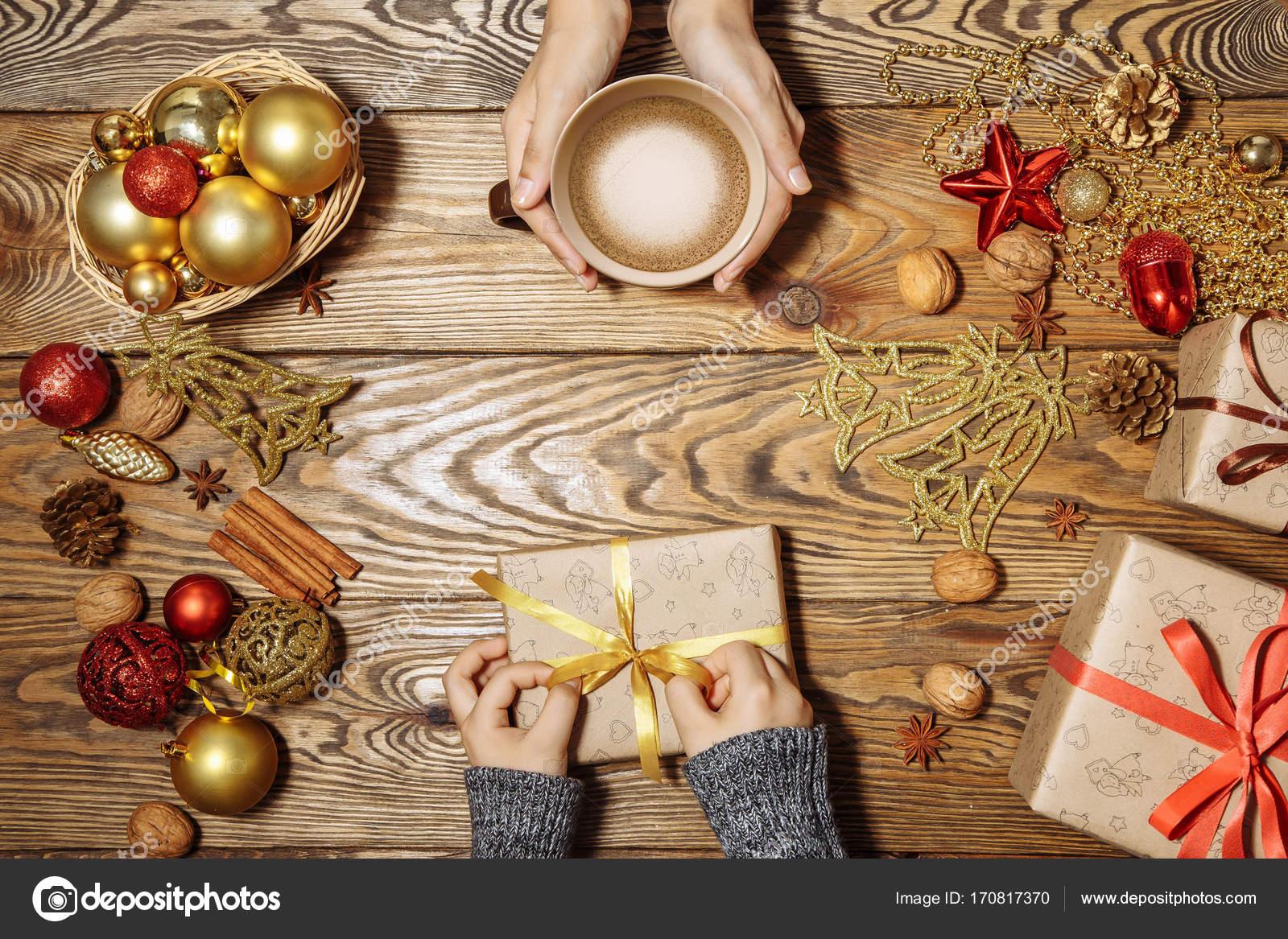 Vorbereitung auf Weihnachten und Neujahr. Mutter und Sohn bereiten ...