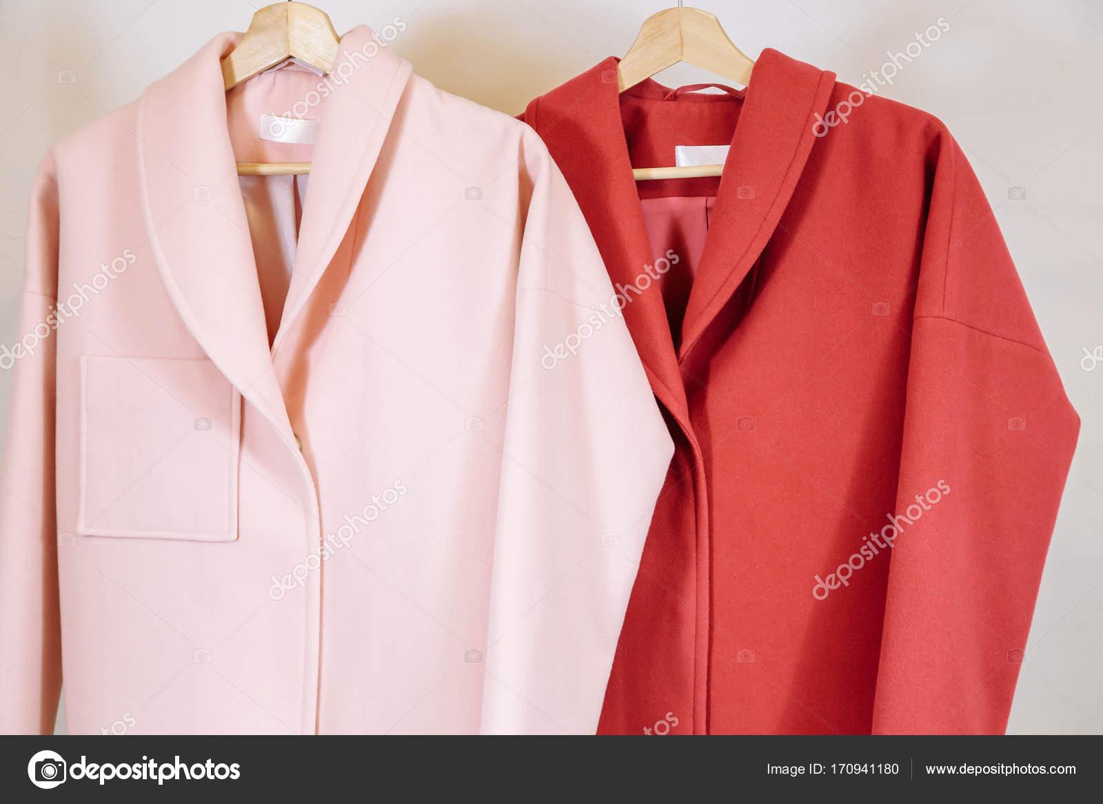 c3656c5ba1d8 Η επιλογή της μόδας παλτά στις κρεμάστρες στο κατάστημα — Φωτογραφία ...