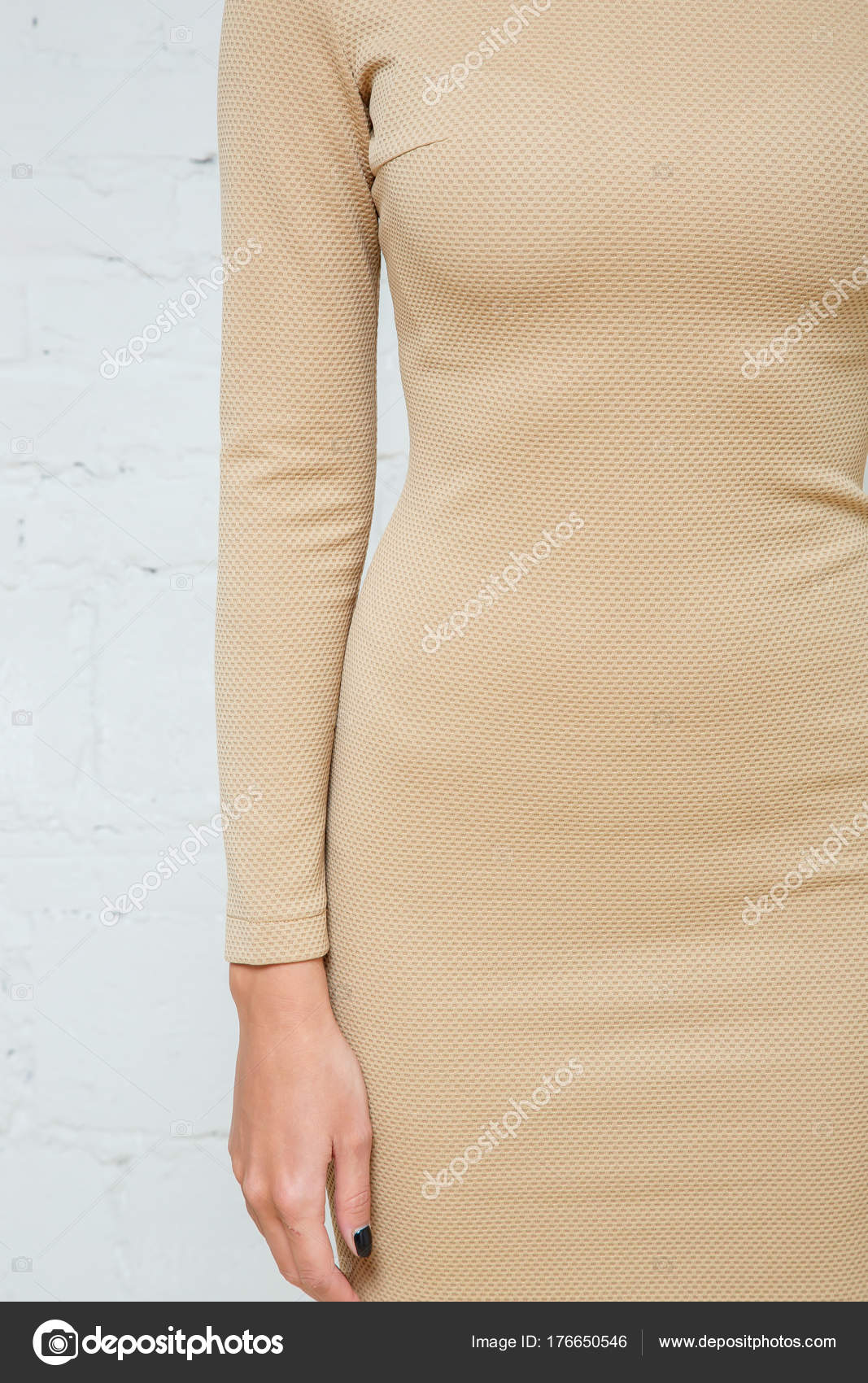 cd22340da73b Λεπτομέρειες για την γυναικεία ένδυση. Φόρεμα σε ένα μοντέλο σε λευκό φόντο  — Φωτογραφία Αρχείου