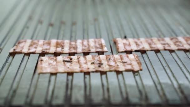 Grillezett szalonna darabjai serpenyőben