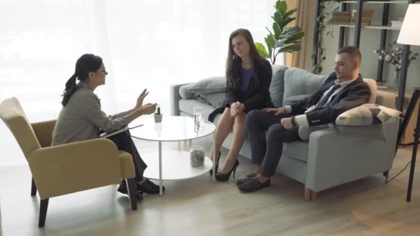 Beraterin erklärt Geschäftskunden oder Partnern bei einem Meeting den Vertrag. Rechtsberatung
