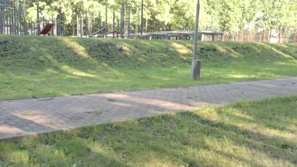 Mladí lidé jogging spolu na fitness školení venku