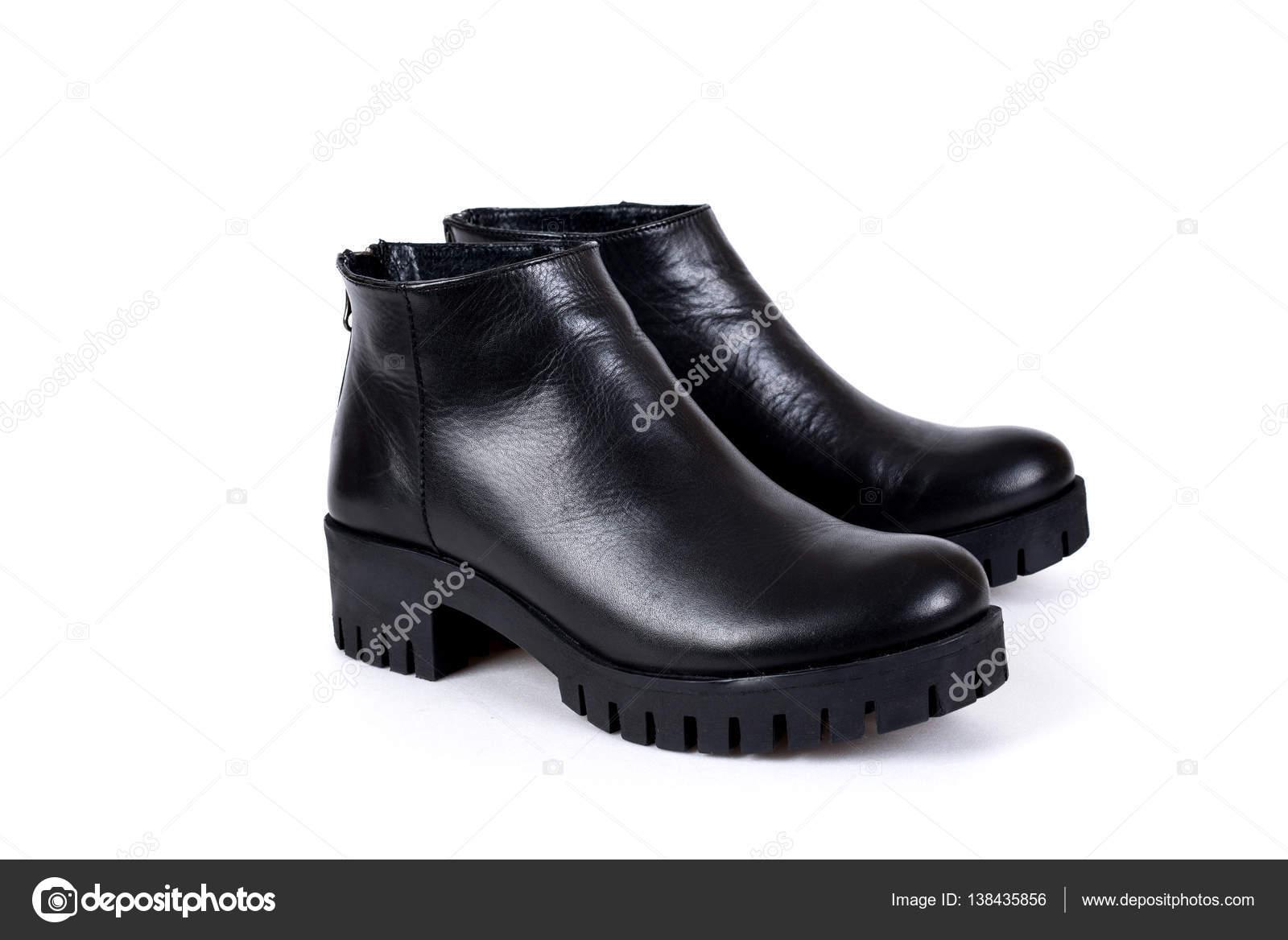 Elegante zwarte dames laarzen op een witte achtergrond