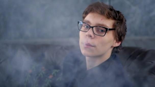 Fiatal férfi dohányzik vape elektromos cigaretta